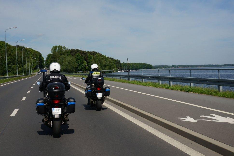 Policyjni motocykliści patrolują ulice miasta.