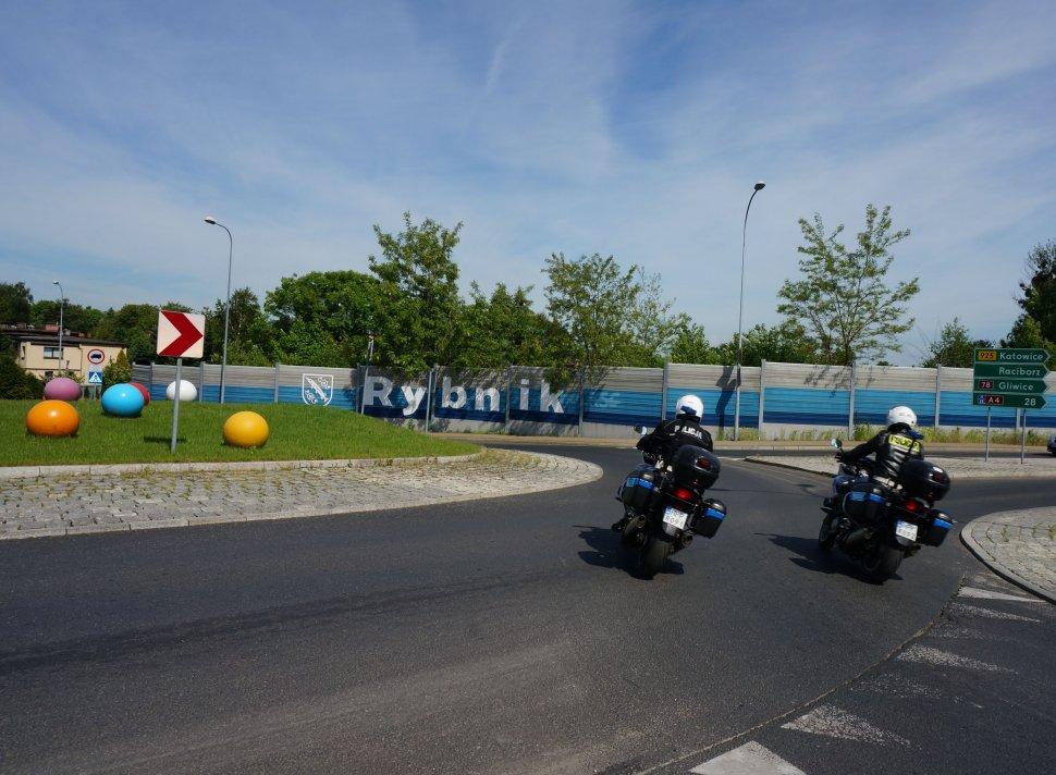 Rybniccy policjanci na motocyklach w rejonie ronda.