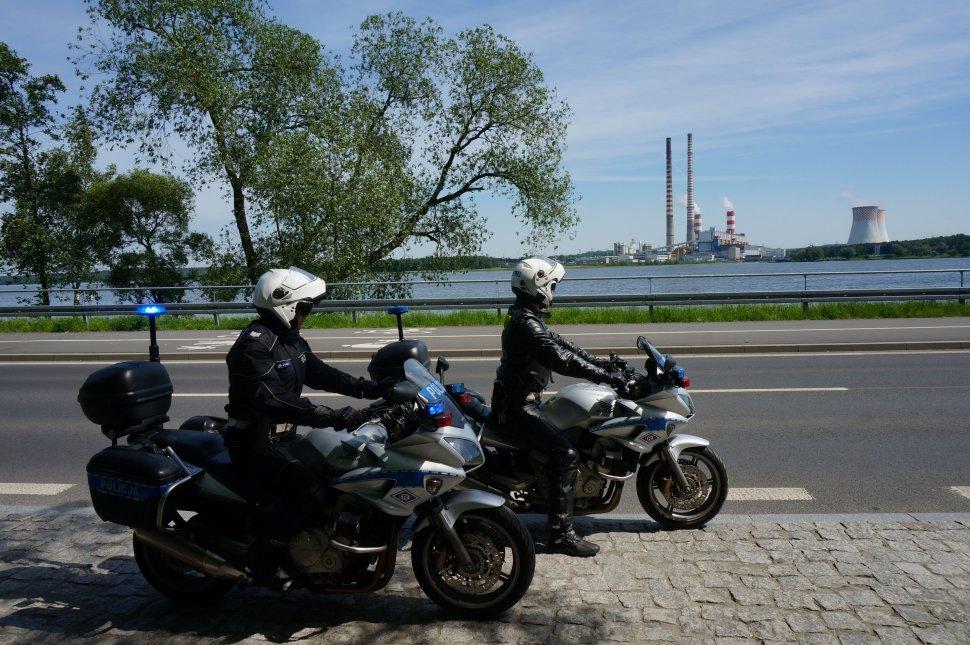 Policjanci na motocyklach patrolują miasto. W tle Elektrownia Rybnik.